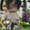 Kunstvolles Grabmal mit Marienbild und Spruch