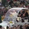 Der Papst im Papamobil an der Copacabana.