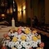 Der festliche Blumenschmuck vor dem Altar