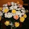 Der festliche Blumenschmuck vor dem Ambo