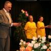 Die Helferinnen und Helfer werden mit Rosen beschenkt