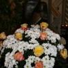 Der festliche Blumenschmuck vor der Marien-Statue