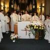 Am Altar beim Vaterunser-Gebet