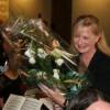 Caroline Green nimmt die Gratulationen und einen Blumenstraus entgegen