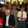 Zusammen mit Orchester und Chor singt die Festgemeinde das Schlusslied